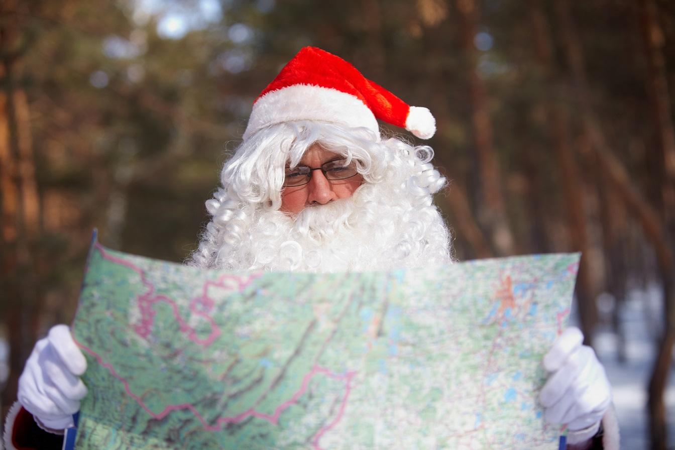 Weihnachtsmann mit Landkarte